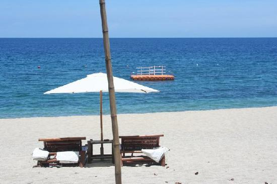 La Luz Beach Resort: clear blue waters