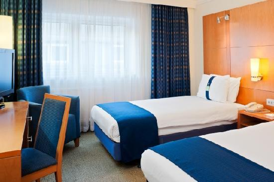 Holiday Inn London - Regent's Park: Enjoy time with friends in a twin room