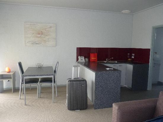 Moonlight Bay Apartments: OPEN PLAN KITCHEN DINING