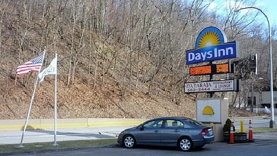 Days Inn Pittsburgh: Hotel Parkplatz und Einfahrt