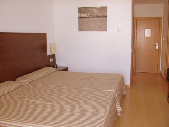 Habitaci n grandes camas fotograf a de garbi costa for Camas grandes