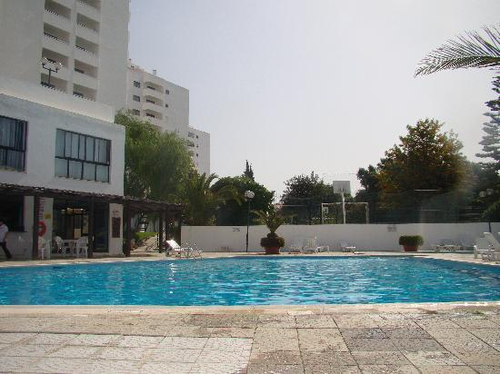 Janelas do Mar Apartments: pool in the day