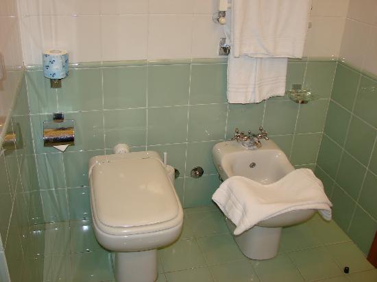 Hotel Raffaello: Baño