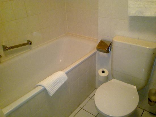 Garden Hotel: Baño 2