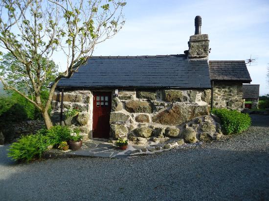 Tyddyn Iolyn Farmhouse: The Bakehouse