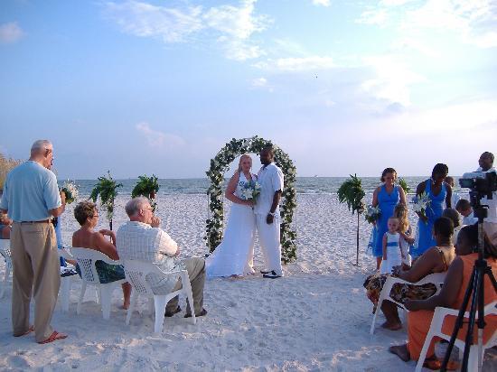 Barefoot Beach Hotel : Wedding photo right behind hotel