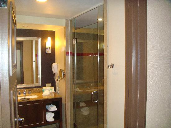 Harrah's Resort Atlantic City: Bathroom in our Waterfront Tower room