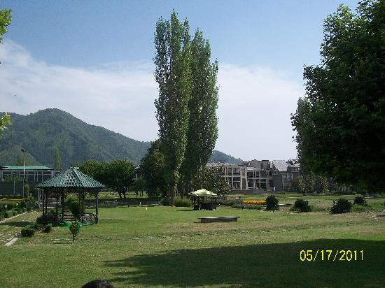 Centaur Lake View Hotel : centaur hotel lawn with surrounding mountain ranges