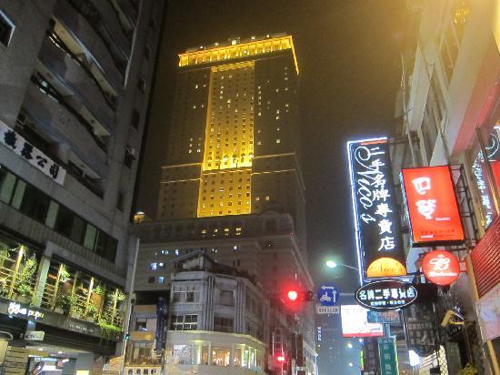 Grand Hi-Lai Hotel Kaohsiung: 夜の外観(裏側から)
