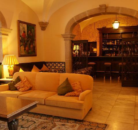 Pousada Convento de Evora: Living room and bar