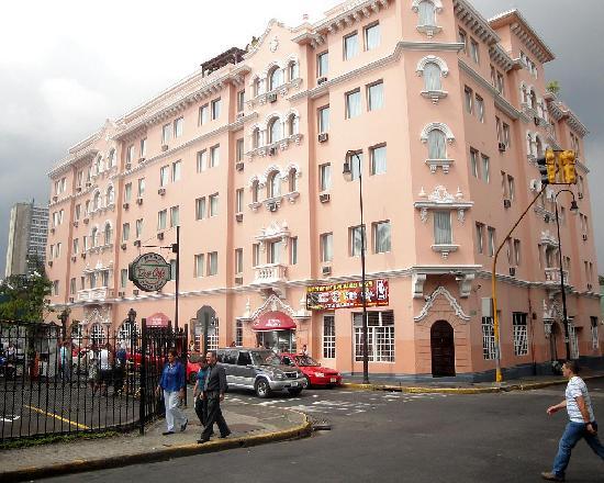 outside hotel del rey calle 9