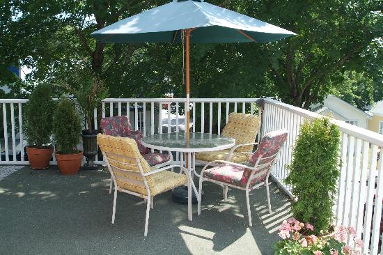 Greenbriar Inn: Umbrella table on second floor deck