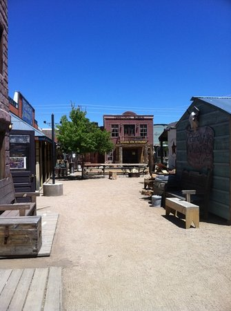 Drover's Inn: courtyard