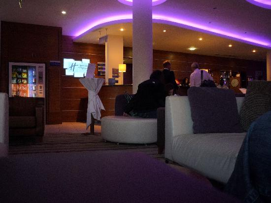 Holiday Inn Express London-Newbury Park: reception & bar