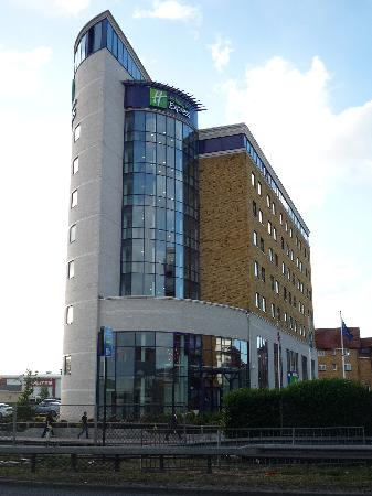 Holiday Inn Express London-Newbury Park: exterior view