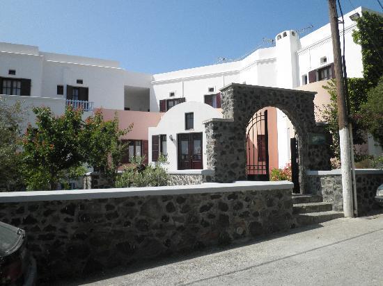 New Haroula Hotel: Hotel's entrance