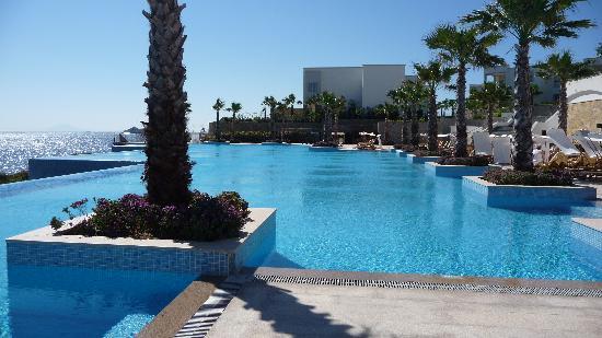 Xanadu Island Hotel: Pool very well maintained