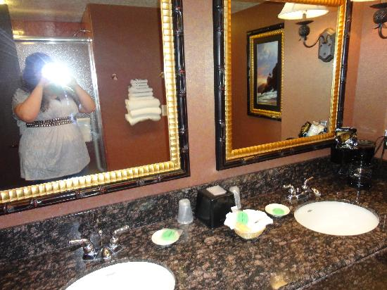 Montego Bay Casino Resort: Two sinks; pleanty of counter space