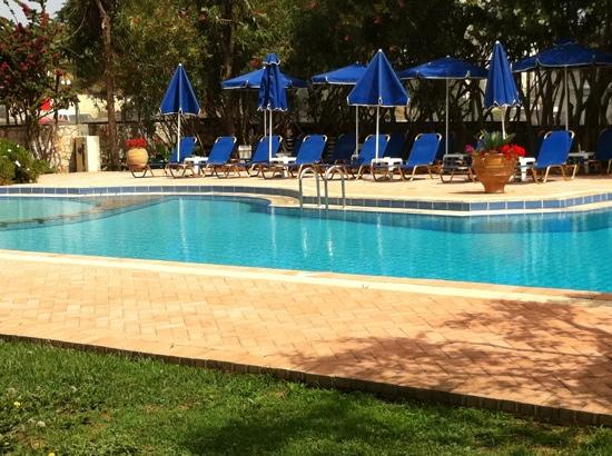 Lefka Apartments: pool area