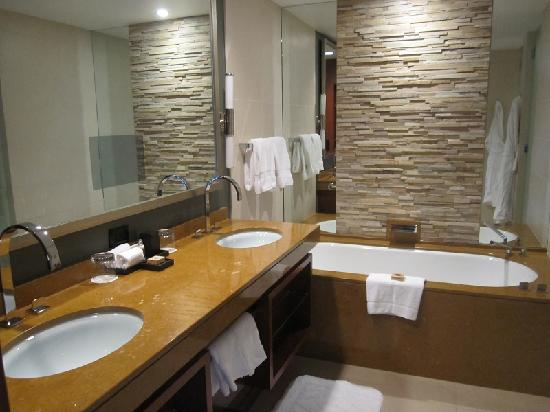 Four Seasons Hotel Denver: Huge bathroom