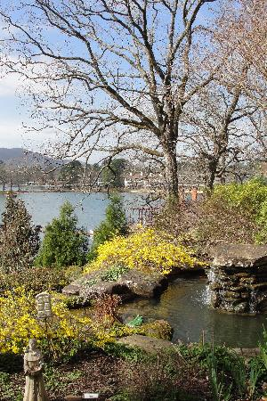 Lookout Point Lakeside Inn: View of the fountain and lake from the patio outside the dining room.