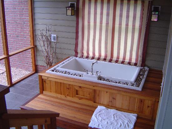 Brampton Bed and Breakfast Inn: The japanese soaking tub in the screened porch