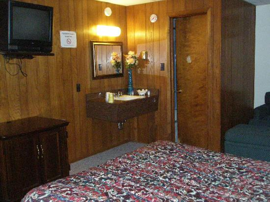 Alaskan Inn & Suites: TV, sink, desk