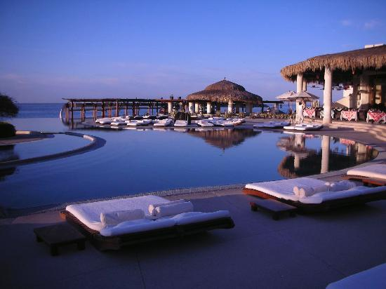Las Ventanas al Paraiso, A Rosewood Resort: The pool and main restaurant