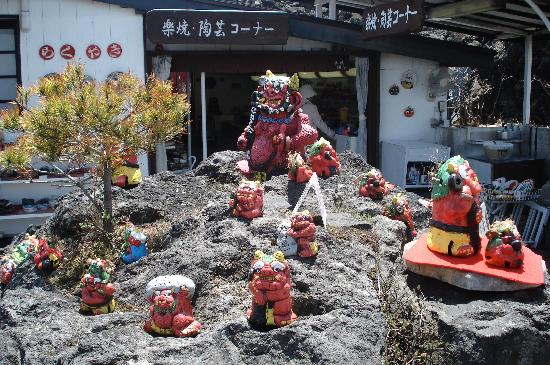 Onioshidashi Volcanic Park : お土産屋さんの前の岩に鬼たち