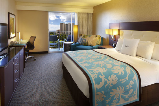 DoubleTree by Hilton Alana - Waikiki Beach: Partial Ocean View Room with One King Bed