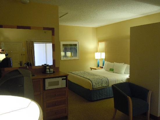 La Quinta Inn & Suites Orange County Airport: 部屋の写真です。