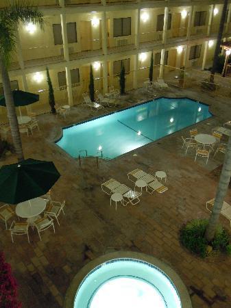 La Quinta Inn & Suites Orange County Airport: 中庭プール、