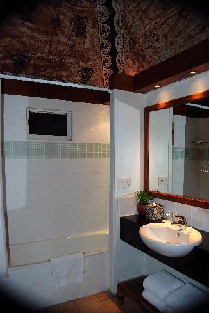 Outrigger Fiji Beach Resort: Bure bathroom