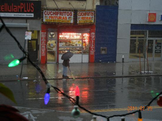 Prive: 宿の窓から見えた早朝の通りの風景 お掃除してる人がいて気持ち良い