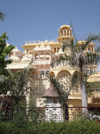 Chunda Palace Hotel: view from the street