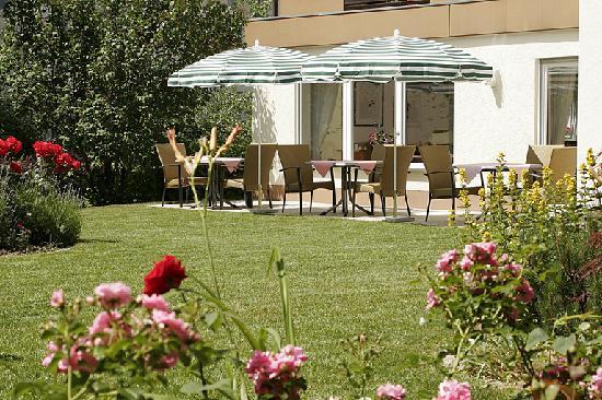 Hotel Garni Schacherer: Garten mit Frühstücksterrasse