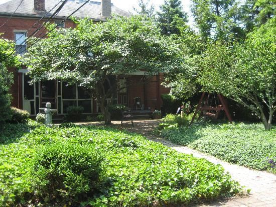50 Lincoln-Short North Bed and Breakfast: The patio garden at the back entrance