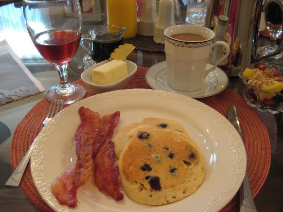50 Lincoln-Short North Bed and Breakfast: You will be served a wonderful breakfast each morning