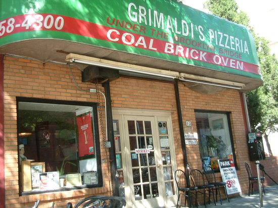 Grimaldi's: 緑の看板。