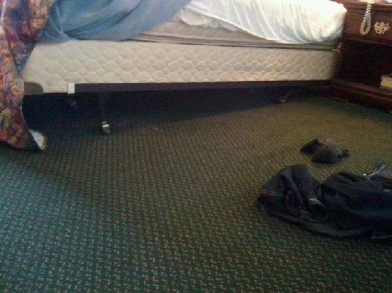 University Hotel and Suites: Broken bed 2