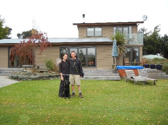 Bearsden Bed and Breakfast: A bit cloudy but still beautiful in the backyard with Bruno!