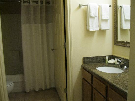 Staybridge Suites Portland Airport: Spacious bath/closet area
