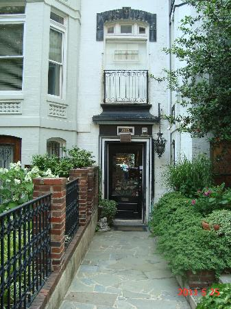 The Inn at Dupont South: Entrance on 19th St. NW