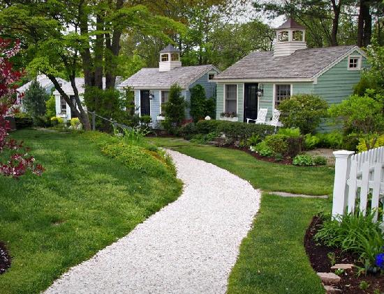 The Cottages at Cabot Cove : Down the crushed shell path to the cottages - very nice landscaping
