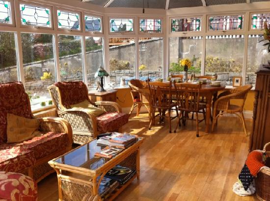 Doll's Cottage Bed & Breakfast: Dining Room/Lounge