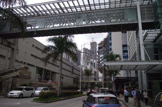 Radisson Decapolis Hotel Panama City: Vista de Multicentro y la pasarela que conecta al hotel