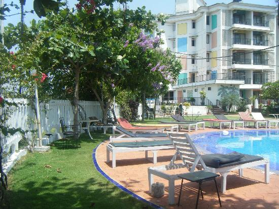 Palmarinha Resort & Suites: Small pool with view of snack bar