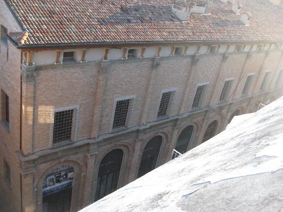 Masini Hotel: La vista sul palazzo del Monte di Pietà dal terrazzo della camera