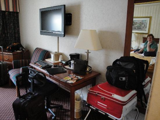 Comfort Inn Toronto Airport: Television and Desk