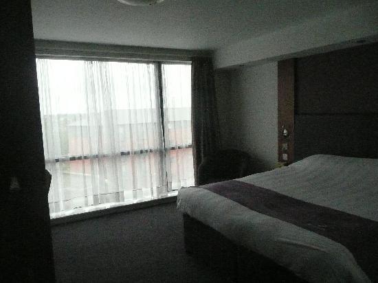 Premier Inn Wolverhampton City Centre Hotel: King sized bed